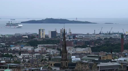 Augustus 2017: Panorama van de haven van Edinburgh, Inchkeith Island en een cruiseschip klaar om aan te meren. Augustus 2017 in Edimburgh Stockvideo