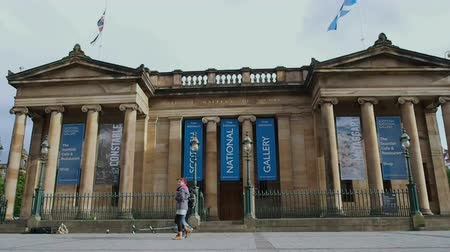 Augustus 2017: The Scottish National Gallery bevindt zich op The Mound in het centrum van Edinburgh, in een neoklassiek gebouw ontworpen door William Henry Playfair. Augustus 2017 in Edinburgh Stockvideo