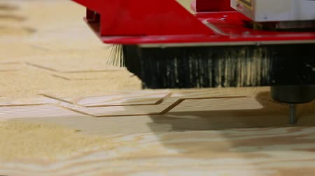 automatický : Close-up, milling machine automatically moves on the surface of the wood and independently performs the manufacture of parquet boards.