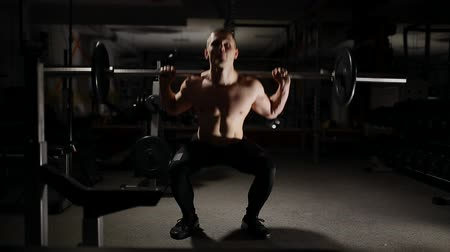 vzpírání : Handsome muscular man exercise squats in the gym. Dostupné videozáznamy