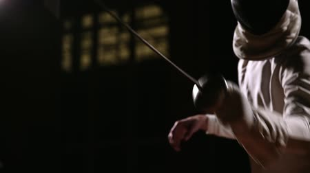 фехтование : Closeup of a rapier for fencing in the hand performs offensive movements. Male swordsman attacks. Стоковые видеозаписи