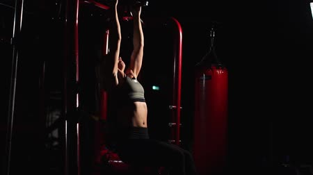 bir genç kadın sadece : Fitness Woman Performing Hanging Leg Raises Exercise - One Of The Most Effective Ab Exercises. Stok Video