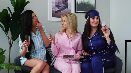 pizsama : Slumber party before the wedding, three bridesmaids drinking champagne and eating candies. talk about men.