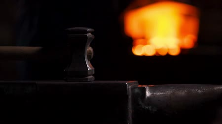 ferramenta : Closeup of a blacksmiths hammer on the background of burning flames of the furnace. Vídeos