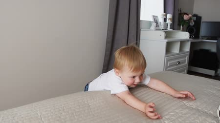 łaskotki : The boy is standing in front of the parents bed and having fun with their parents Wideo