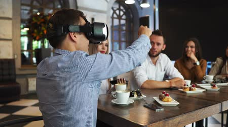 architektura : The people with virtual reality headsets on a construction site. The woman shows to group of architects and engineers the project of future interior of the room in the 3D simulator Wideo