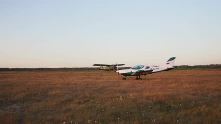скольжение : At the airport, the plane takes off and the paraglider is in the sunset sunlight
