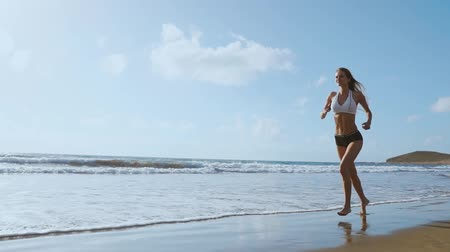 спринт : Healthy woman running on the beach, girl doing sport outdoor, happy female exercising, freedom, vacation, fitness and heath care concept with copy space over natural background