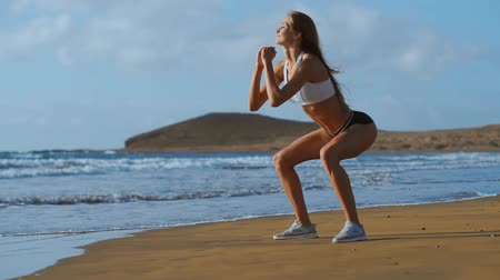 feliz : young beautiful sexy woman doing sports on beach, sunrise, morning exercises, healthy lifestyle, work out, doing sit-ups Vídeos