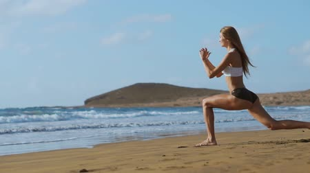 braçadeira : Sport girl on a beach doing lunges exercises. Concept of of a healthy lifestyle