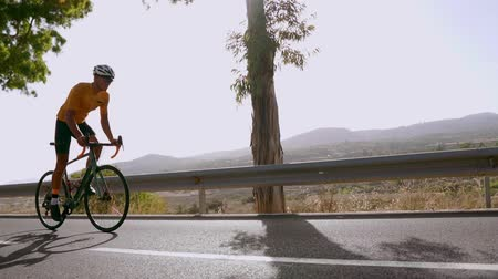 bisikletçi : Man cycling on road bike outdoor exercise on an empty road in the morning .Extreme sport concept. Slow motion