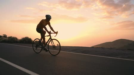 levenscyclus : The athlete on a Bicycle goes from a rock on a mountain serpentine looking at a beautiful view of the island. The concept of a healthy lifestyle. Tourist travels by Bicycle Stockvideo