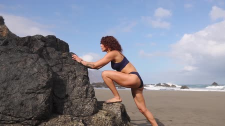 sutiã : Sport girl on a beach doing lunges exercises. Concept of of a healthy lifestyle. Vídeos