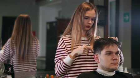 prádelník : Female hairdresser cutting hair of smiling man client at beauty parlour