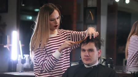 férfias : Client visiting hairstylist in barber shop Stock mozgókép