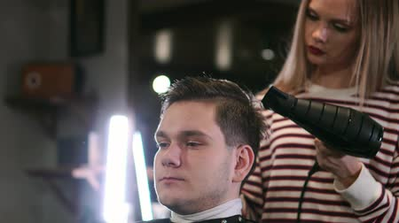 ajustando : Male hairstyle in salon. Man hair drying in barber shop. Barber styling hair with dryer. Finish hairdressing. Hair dryer man in barbershop