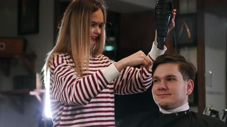 fryzjerstwo : Barber drying male hair in hairdressing salon. Close up hairdresser blowing man hair with dryer in barbershop. Male hairstylish doing hairdo in beauty studio Wideo
