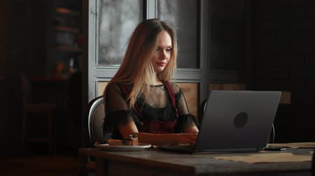 mladých dospělých žena : Shot of an attractive mature businesswoman working on laptop in her workstation.