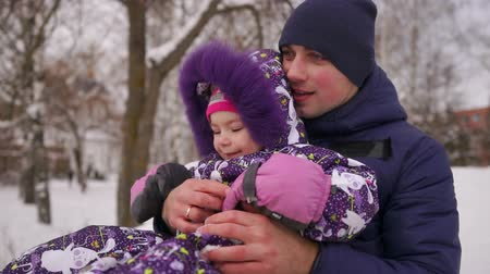 чизкейк : Dad pushes her daughter on a rubber inflatable snow tube in slow motion
