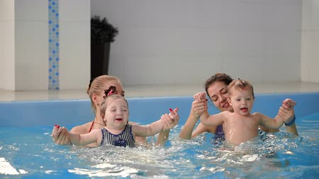 nascimento : Group of mums with their baby children at infant swimming class