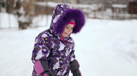 śnieżka : Cheerful child playing in the first snow in winter. Year old baby boy in warm snow suit walking and having fun in winter park. Wideo