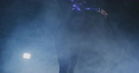 balanceamento : Close-up of the foot of a professional gymnast girl jumping in slow motion in the smoke on a balance beam. Womens gymnastics. Grace and a healthy lifestyle