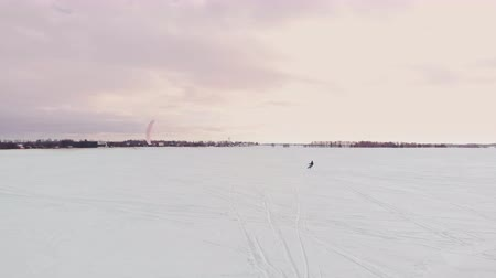 compacto : man ski on snow kite holds an action camera and takes a picture of Selfie. Vídeos