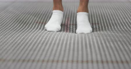 гимнаст : Close-up of the legs of the gymnast go to the trampoline grid