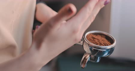 grãos de café : Making Ground Coffee with Tamping fresh coffee. Close-Up. Making coffee from start to finish.Tamping Fresh Ground Coffee. Professional barista.