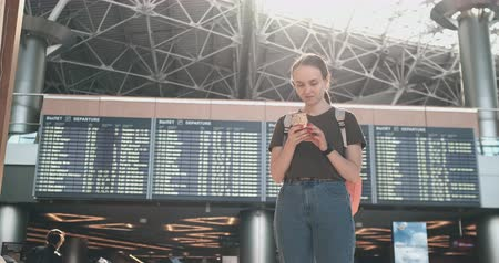 časová prodleva : Young beautiful woman standing at the airport writes a message Dostupné videozáznamy