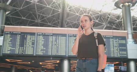 časová prodleva : Girl traveler at the airport to talk on a mobile phone