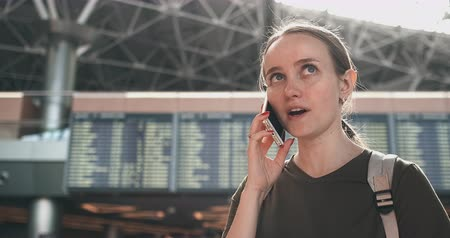 časová prodleva : Talk on the phone at the airport