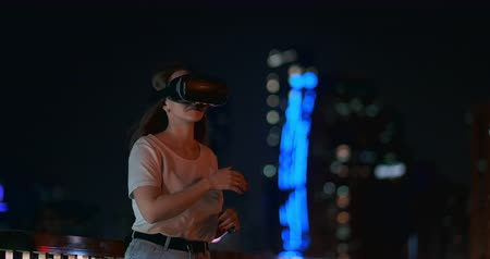 movilidad : Simulation of virtual reality in glasses in a modern city in the evening