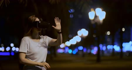 movilidad : Young girl in virtual reality glasses in a big metropolis