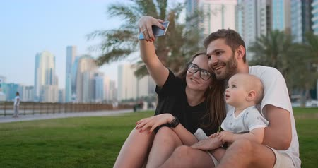 felnőtt : Family With Child Making Video Selfie Against Eiffel Tower