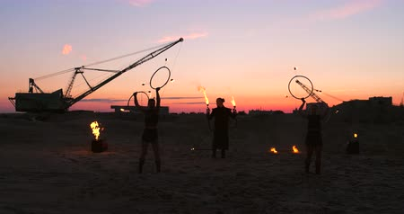 гимнаст : A group of professional circus performers with fire shows dance shows in slow motion using flame-throwers and rotating the torches burning objects. Стоковые видеозаписи