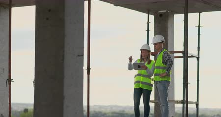 direkt : Portrait of construction engineers working on building site