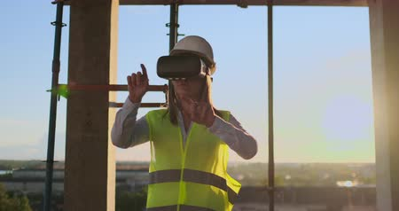 escritorio virtual : Woman worker wearing reflective vest have experience with VR headset.