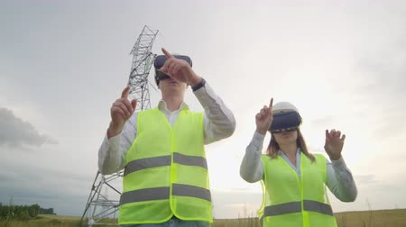 interativo : Energy engineers use virtual reality glasses to control the solar panel system and deliver energy to consumers. Engineers of the future