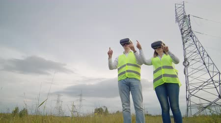 algılayıcı : Energy engineers use virtual reality glasses to control the solar panel system and deliver energy to consumers. Engineers of the future
