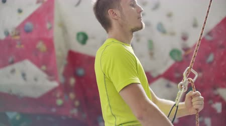 riskli : Man belaying another climber on an indoor climbing wall