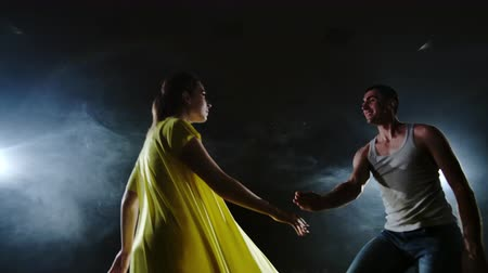 balerína : a dancing couple dancing in a smoke and spotlights on the stage