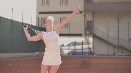 esportivo : Beautiful athletic woman tennis player throws the ball and strikes in slow motion