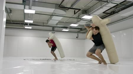 worstelaar : Two Male wrestlers perform a dummy throw on mats in slow motion. Professional grappling fighters.