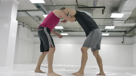 lottatore : The wrestler moves to the opponent, grabs and rolls with finishing on the mats in slow motion.