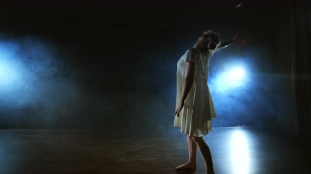 entusiasmo : Modern ballet dancing woman barefoot lying on the floor doing spins and pirouettes and somersaults Stock Footage