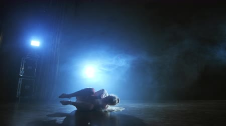 balerína : Modern ballet dancing woman barefoot lying on the floor doing spins and pirouettes and somersaults Dostupné videozáznamy