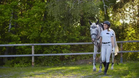 salto ostacoli : Walk in the horse club from female and horse. Slow motion Filmati Stock