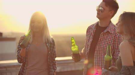 yirmi : Drink beer on the roof Stok Video