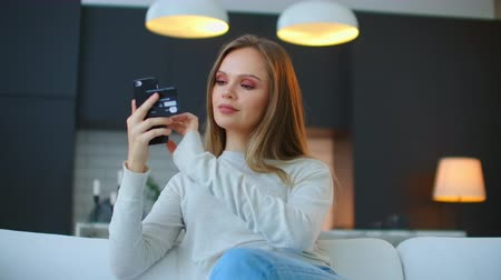 дебет : Young girl to Make your Bank card data in a smartphone to use the payment services, contactless payment. App to pay for purchases Стоковые видеозаписи